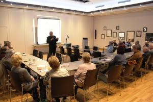 Dr. Lutz Partenheimer verstand es, das Publikum bei seinem Vortrag im ArtHotel zu fesseln. Foto: Frank Ermer
