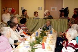 Die plattdeutsche Sprache ist vielen Senioren geläufig und daher freuten sie sich auch sehr über die lustige und plattdeutsche Version vom Aschenputtel, die von der plattdeutsch Gruppe der Schule aufgeführt wurde.