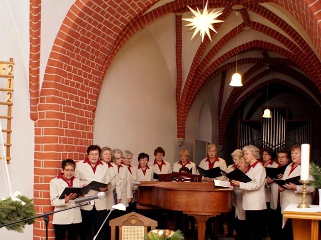 """Platt, Die plattdeutsche Singegruppe unter der Leitung von Margarete Bartels mit dem """"Treckfidel"""" und Christina Blume auf der Gitarre, erfreute"""