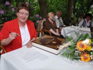 Margarete Bartels wurde mit dem Eintrag in das Goldene Buch der Hansestadt Dank für ihr Engagement als Leite