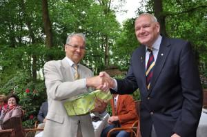 Stadtratsvorsitzender Wolfgang Schürmann (rechts) gratulierte dem Chef des Heimatvereins Hans-Jürgen Nisch zum Jubiläum.