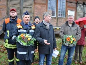 Frank Ermer (mitte) dankt Steffen Menze (rechts) sowie den Feuerwehrleuten um Ulrich Ziegler für die gute Arbeit.