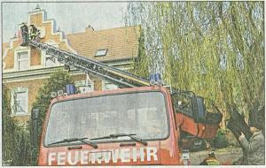 Kameraden der FFW brachten am Freitag das hölzerne Relief am Giebel der Havelstraße 44 an - Foto - Wolfgang Masur