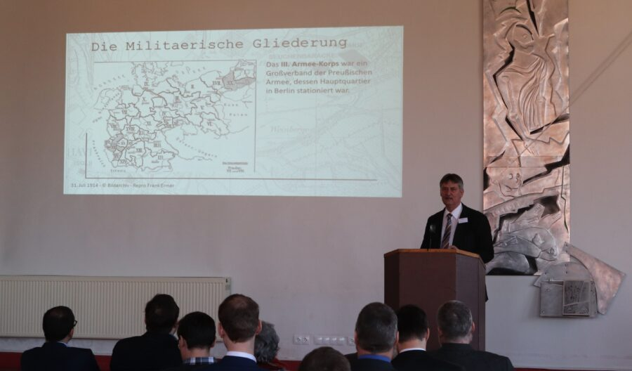 """Der Vorsitzende des Heimatverein-HAVELBERG-e.V. bei seinem Vortrag über die """"Kriegs-und-Internierungslager und die Situation in HAVELBERG"""" auf der interdisziplinären Tagung in Merseburg. Foto: © fwerDESIGN"""