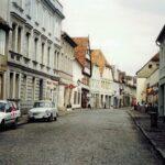 1991-12-Eine Tour durch Havelberg, Langestraße mit ehemaligen HO-Kaufhaus rechts, Foto-© Heimatverein Havelberg e.V. – Repro fweDESIGN