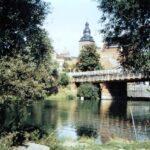 1991-20-Eine Tour durch Havelberg, Blick über die Havel mit der alten Sandauerbrücke, im Hintergrund St. Laurentius, Foto-© Heimatverein Havelberg e.V. – Repro fweDESIGN